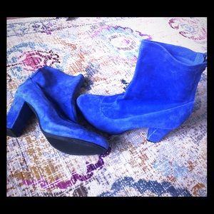 Don't step on my blue suede boot 😍